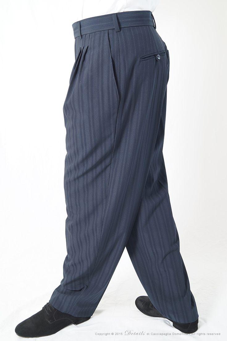 Pantalone Gessato Oxford Blu - Pantalone Tango uomo blu dal gessato molto particolare ed elegante.  Il pantalone gessato Oxford è fondo blu e presenta un gessato molto particolare ed elegante: il gessato è blu tono su tono e vi è la presenza anche di un rigo molto stretto dal colore giallo.  Un pantalone tanguero molto elegante adatto per tutte le serate tanguere, dal tessuto mix fresco lana, molto leggero.