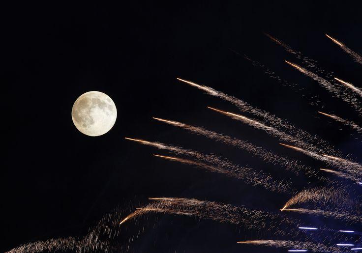 Warga kota Mosta, Malta merayakan festival tradisional dengan kembang api, di tengah malam bulan purnama penuh.