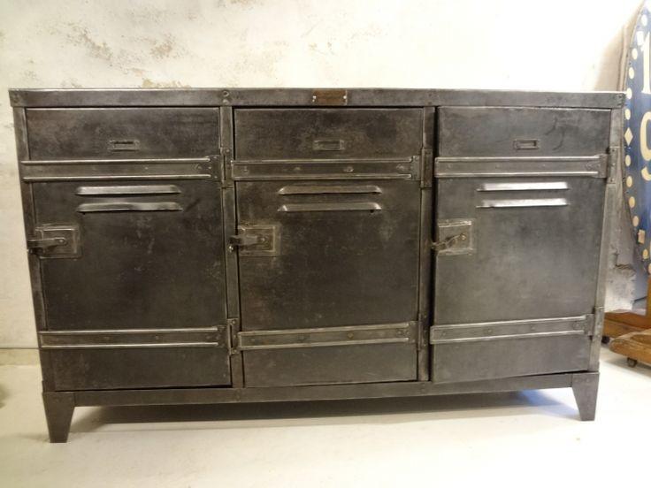 Fantastisk rå industrikonsol fra Frankrig. Møblet stammer fra en fransk pengeskabsfabrik og har det orginale mærke nittet på fronten.Mål: H 90 X L 150 X D 40 cm
