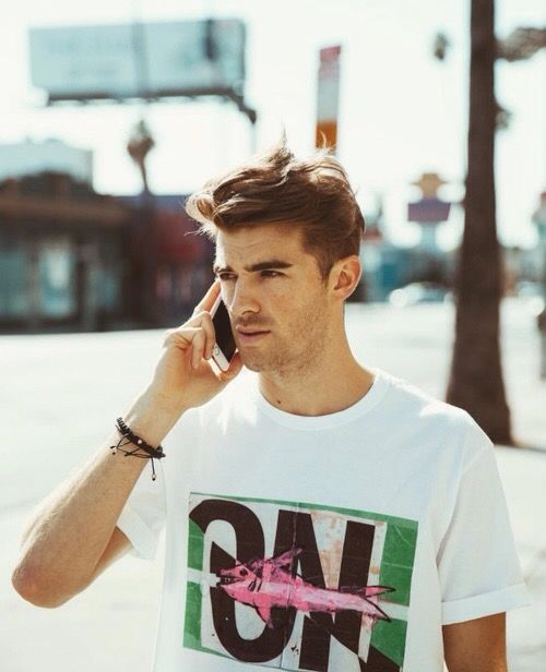 Andrew Taggart (December 31, 1989) American dj, best known from the Chainsmokers.