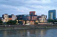Landtag NRW, rechts das Stadttor (auch Sitz des Ministerpräsidenten des Landes NRW)