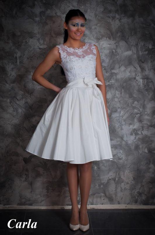 Свадебное платье: Karla - http://vbelom.ru/catalog/svadebnoe-plate-karla/ Короткое свадебное платье с бантом.  Платье для современной городской невесты! Короткая пышная юбка выгодно подчеркивает стройные ножки. Корсет дополнен, расшитой узорами, маечкой. На талии кокетливый бант.