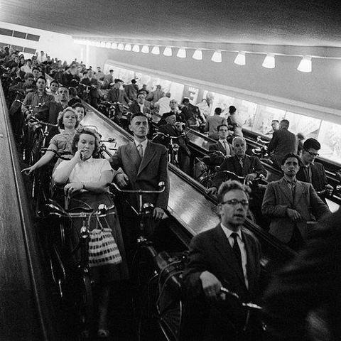 Fietsers op de roltrap, Maastunnel, Rotterdam (1959)