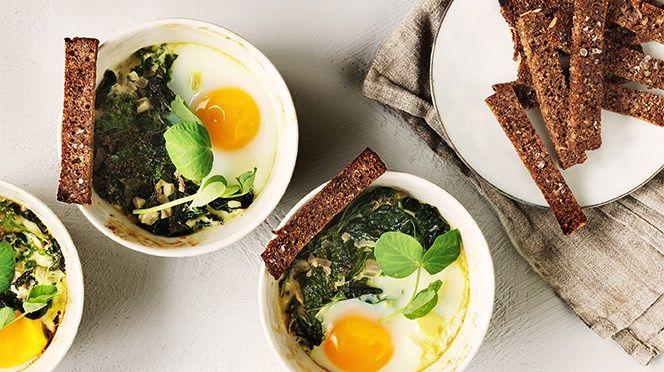 Äggcocotte med grönkål och brödstavar