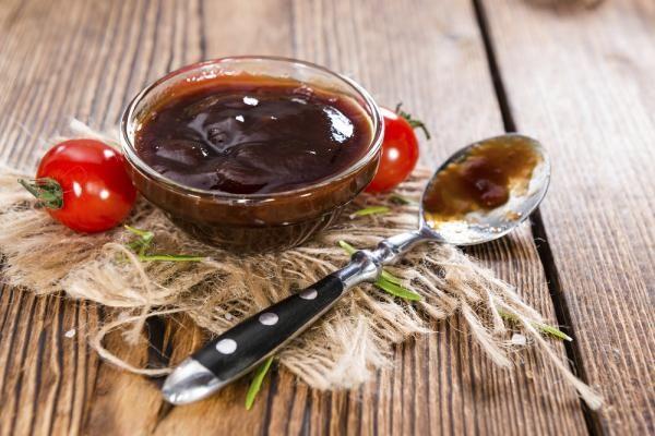 Cómo hacer salsa barbacoa. La salsa barbacoa se ha convertido en todo un clásico dentro de la cocina, y es que aunque se trata de un condimento típico de la gastronomía norteamericana, hoy la podemos encontrar en cualquier luga...