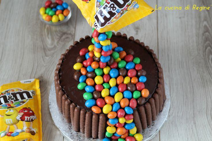 Gravity cake con M&M'S è una torta colorata e di effetto che è straordinariamente bella da vedere. Golosa e che piace a tutti