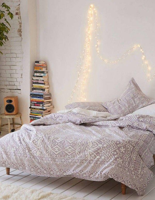 Une guirlande lumineuse à accrocher au dessus du lit pour apporter une ambiance...