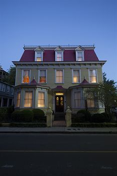 Can't wait for Christmas in Charleston and staying at this beautiful B&B with Michael!! <3 Barksdale House Inn - Charleston - Coastal South Carolina - Tingo