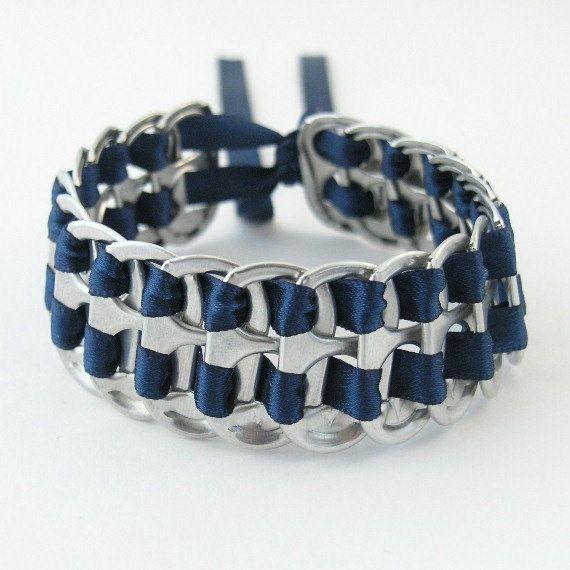 armure de bracelet onglet bleu foncé de pop recyclé - empilé, 7 pouces - bracelet tissé, upcycled bracelet, bracelet onglet soude, bracelet onglet pull
