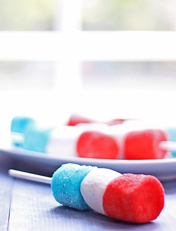 Fourth of July marshmallow pops... There's nothing fancy here; they're just a fun treat that kids can do all by themselves, take to a barbecue or party and show them off.