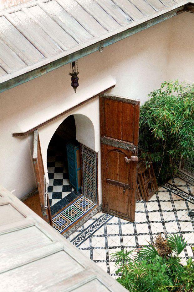 Tradycyjny marokański riad, czyli dom z wewnętrznym dziedzińcem, w którym kwitnie ogród. Drzwi mają lekko sto lat, zostały odrestaurowane, p...
