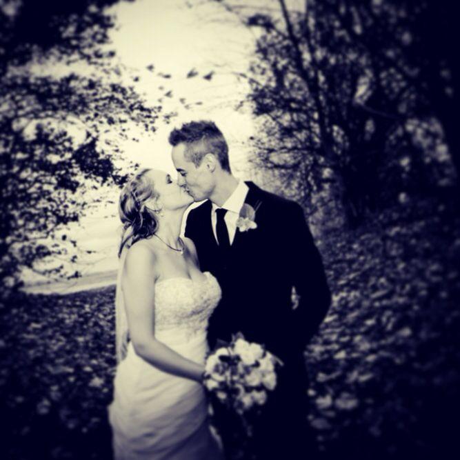 Bryllupsfotograferne ved Vores Store Dag, elsker at fotografere på denne årstid. De nøgne træer og blæsende blade skaber nogle spændende og dramatiske bryllupsbilleder :).