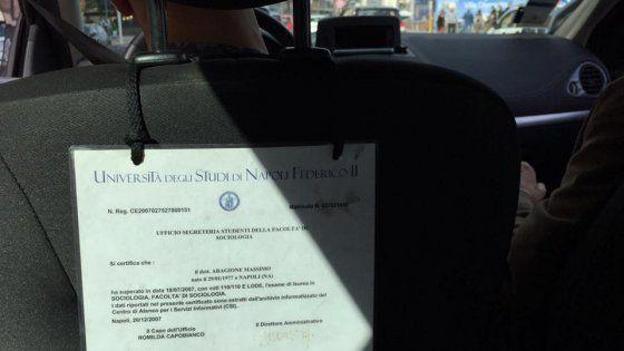 Napoli, storia di Massimo Aragione: tassista che accanto alle tariffe ha incorniciato la sua laurea