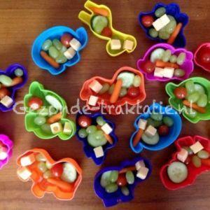 Gezonde Traktatie; Fruit in zandvormpje Een speeltje en bakje ineen :)