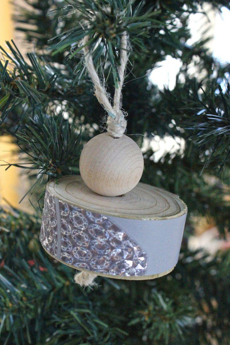 Decorazione da appendere all'albero di Natale fatta in legno naturale: una sfera e un cilindro ricoperto di carta da parati grigia e argento di IlluminoHomeIdeas su Etsy