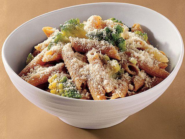 Kepekli Penne Brokoli İle  Büyük bir tencerede su kaynatın. Bu esnada geniş bir tavada orta dereceli ateşte tuz ve karabiber ile tatlandıracağınız soğanı kavurun. Ateşi kısığa alıp ara sıra karıştırarak yaklaşık 12 dakika pişireceğiniz soğanları bir kenara ayırın.     Kaynayan suya penneleri ekleyin ve yaklaşık 6 dakika kadar pişirin ve brokolileri ekleyin ve arada bir karıştırarak makarnaların al dente kıvamına gelmesini bekleyin.     Makarna suyunun 1/2 fincanını ayırın ve makarnaları…