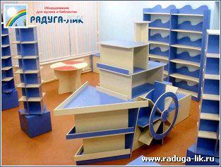 Книжная мебель, выполненная в морской тематике: стеллаж «Корабль», стол «Спасательный круг», стеллажи «Волна»