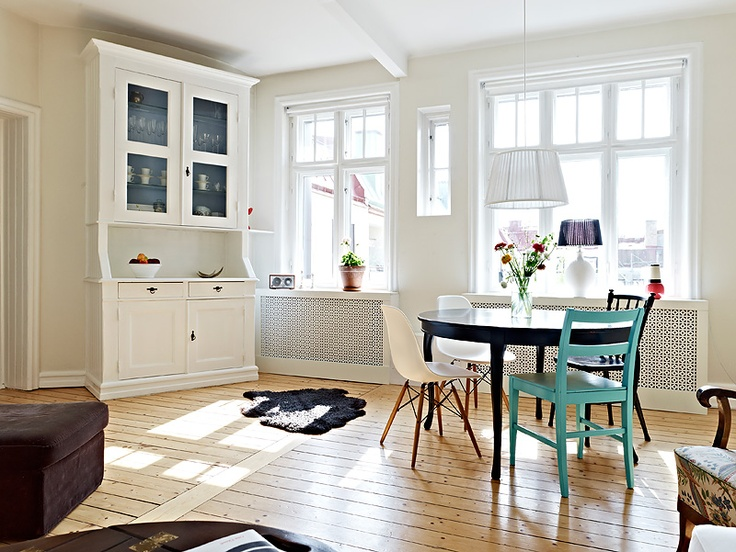 Adventurous Design Quest: Romantic details in the apartment by Stadshem: Dining Area, Attic Apartment, Floors, Apartment Living, Blue Chairs, Mismatch Chairs, Swedish Styles, White Kitchens, Mismatch Dining Chairs