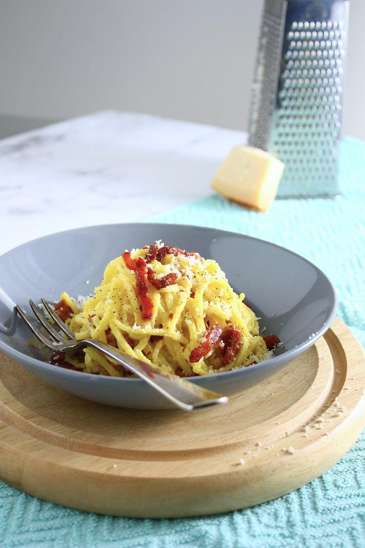 Deze spaghetti alla carbonara is een van onze favorieten. We maken 'm zonder room maar met ei, Parmezaanse kaas en zwarte peper. Zo simpel kan het zijn!