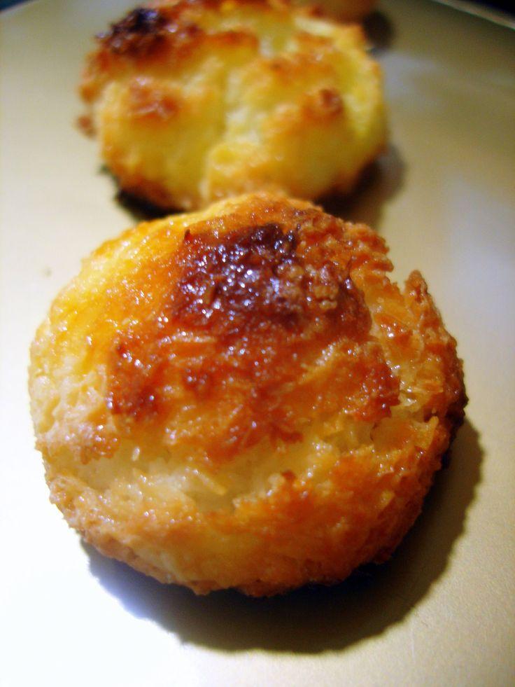 Esta receta de cocadas o bocados de coco, es un delicioso postre con un intenso sabor a coco y que nosotros solemos asociar a las navidades.