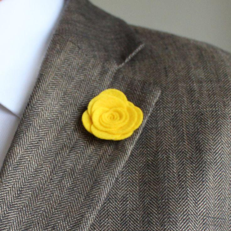Ozdoba do klopy - maxi žlutá květina // Filcová ozdoba do pánské klopy - maxi // Průměr cca 3,5cm. // Dle fotografie si vyberte typ zapínání a uveďte v objednávce. // Bude dodáno v dárkové krabičce :)