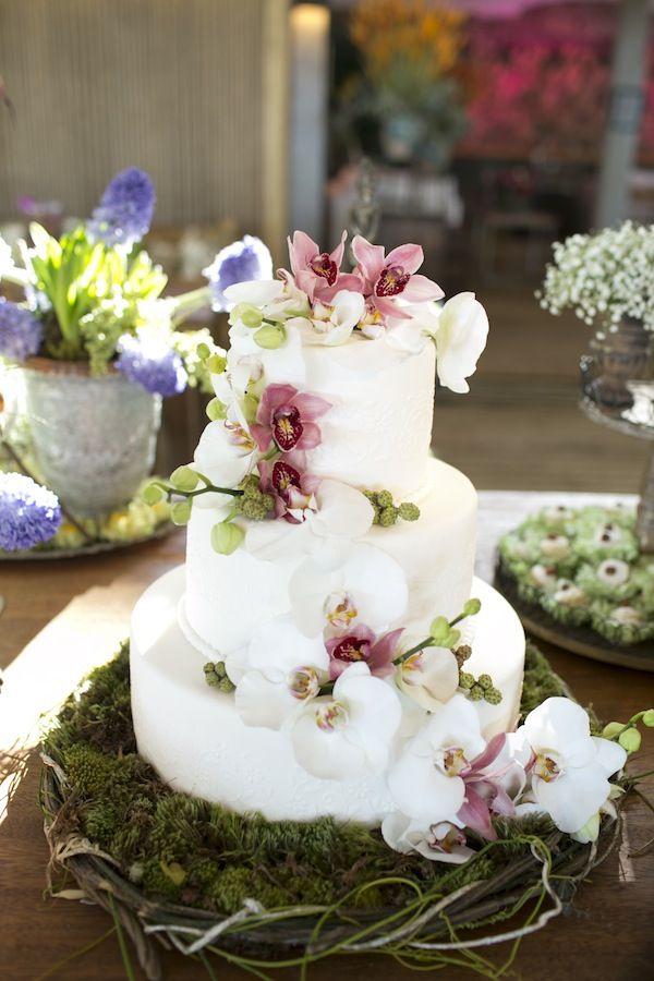 Bolo de casamento branco,com três andares, orquídeas, rustico, chique e elegante