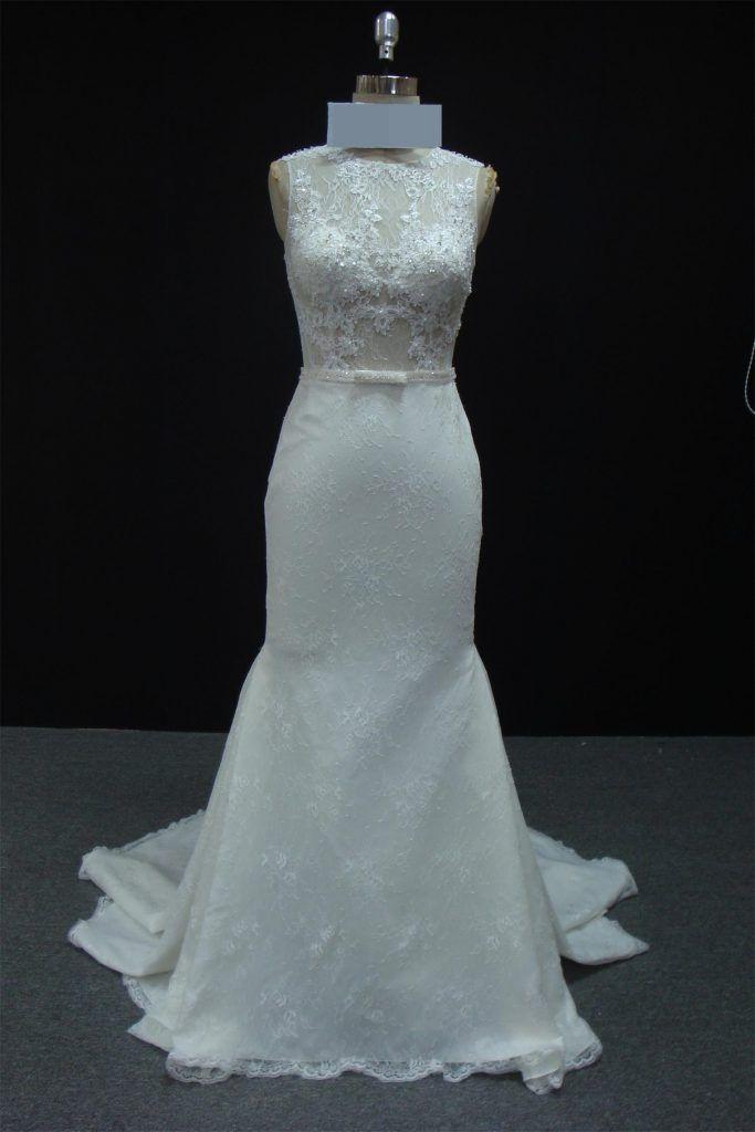 Vestido de noiva semi sereia, todo em renda com bordado e transparência no corpete, gola redonda. Via Brasil Noivas.