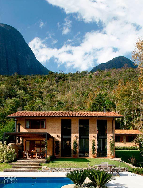 Para vencer a topografia do terreno, a casa se divide em três níveis e todo o estar tem pé-direito duplo.