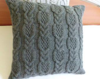 Jai tricoté cette couverture doreiller merlot à laide de fil de laine de 50 %. Le coussin tricot rouge brique a un design de chenille comme un réseau de points de suture sur le front qui se poursuit sur le dos ainsi. La taie doreiller ferme au dos avec un style denveloppe et trois boutons au crochet. Le coussin serait un grand accent pour un lit, un canapé ou un fauteuil. Il ferait aussi un cadeau parfait !   Fil : 50 % laine, 50 % acrylique  Lavage à la main froide. Poser à plat sec…