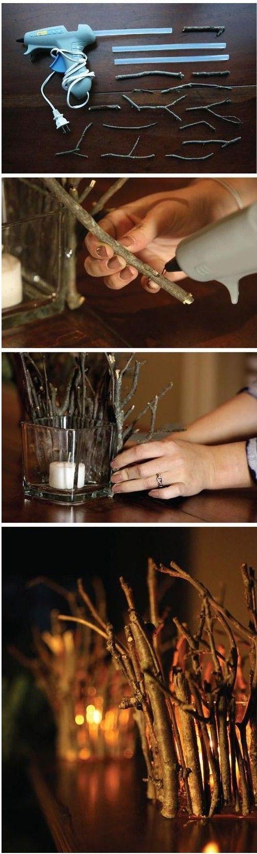 Maak je eigen kaars decoratie! Lijm de takken rondom de vaas, laat het lijm goed drogen. Zet de kaars in de vaas en zie hieronder het mooie resultaat! Je kunt het zowel binnen als buiten neerzetten!