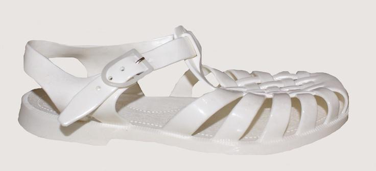 Plastic schoenen, als ze te klein werden, knipte mijn moeder het teenstuk eruit, dan konden ze nog even mee.