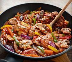 Μεθυσμένο κοτόπουλο με μπύρα και πολύχρωμες πιπεριές σε πεντανόστιμη σε σάλτσα ντομάτας. Από τα πιο αγαπημένα φαγητά, που αρέσει σε μικρούς και μεγάλους. Ο
