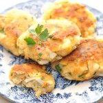 Kotlety rybne z gotowanym na twardo jajkiem, pietruszką i marchewką to doskonały, delikatny i zdrowy posiłek. Ryba gotowana z warzywami nabiera smaku.
