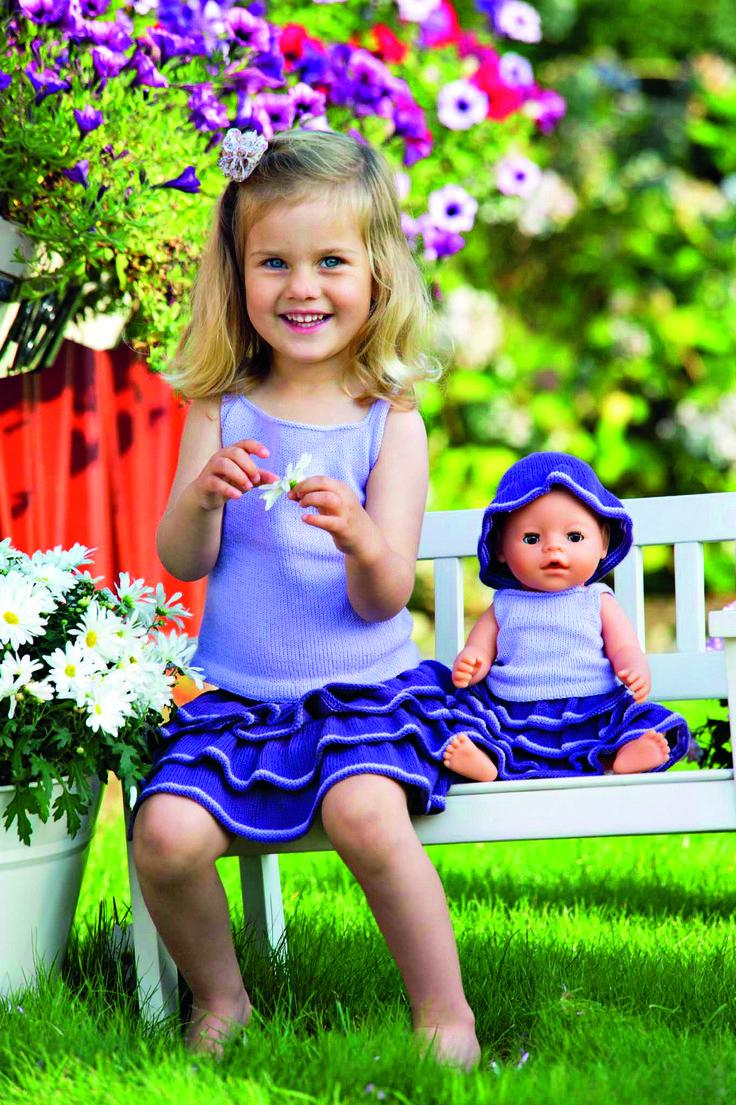Dukke Lise skal også have et fint sommersæt i strik, og en lille hat til at skygge for solen. Her får du en opskrift på strik til dukken.