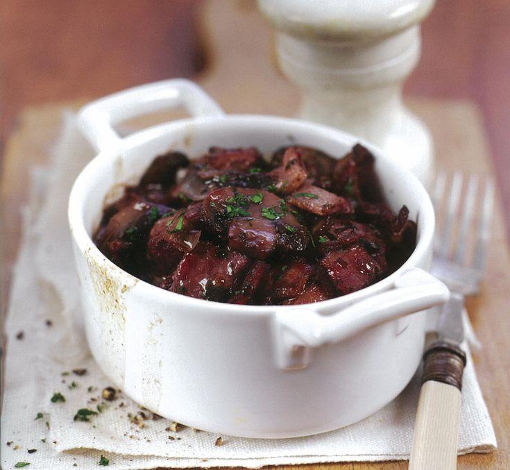 Os cogumelos, o tomilho e a salsa fazem um verdadeiro milagre de sabor nesta simples receita com carne de porco