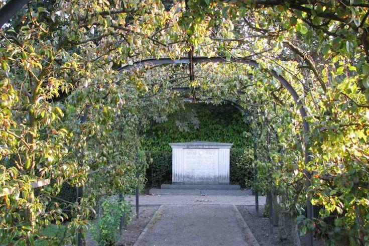 Aan het festival van de Geheime Tuinen van Sittard nemen 24 openbare, maar soms wat verborgen tuinen deel, die elk hun eigen verhaal vertellen. Verhalen over de stad of over haar inwoners.Historie, bezieling en bezinning ontmoeten elkaar hier. Zondag 19 juni, 11.30 uur Op 19 juni zal voor de vierde keer ditkleinschalig