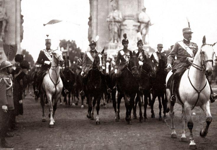 Regele Ferdinand al României, cel Loial, conducând o paradă militară, în faţa Arcului de Triumf din Bucureşti. Începutul anilor '20.