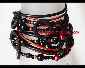 Bracelet wrap 5 tours cuir noir et rouge billes de verre, laton antique, os.