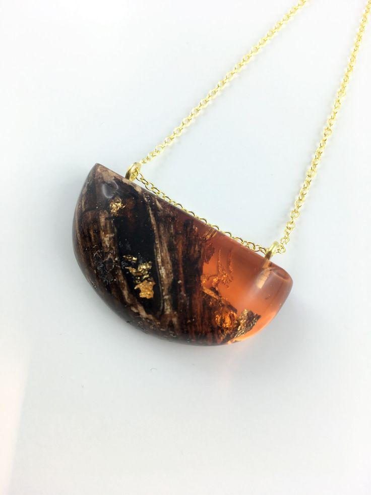 Elegante Harz Holz Halskette in Rot an 18 Karat Vergoldeter Halskette von FedergoldDesign auf Etsy