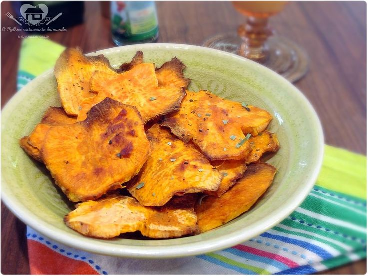Chips de batata doce é tudo de bom, além de ser uma receitinha light, ela é super fácil de preparar! Um belíssimo acompanhamento para qualq...