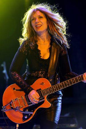 ロックバンド「ハート」の中心メンバーナンシー・ウィルソン。女性ロック・ギタリスト