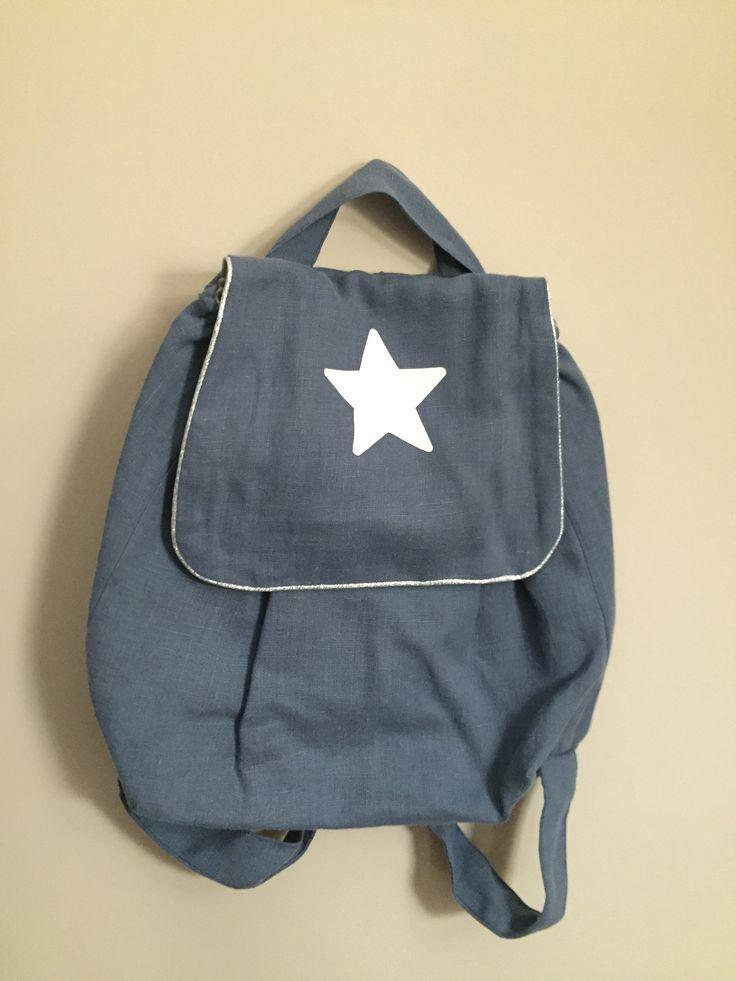 Sac à dos bleu grisé étoile blanche Lin et passepoil fabriqué en France Fermeture scratch Dimensions 29 x 28cm Prix : 40 €