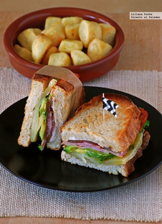 Sándwich de aguacate y quesos con bacon de pavo
