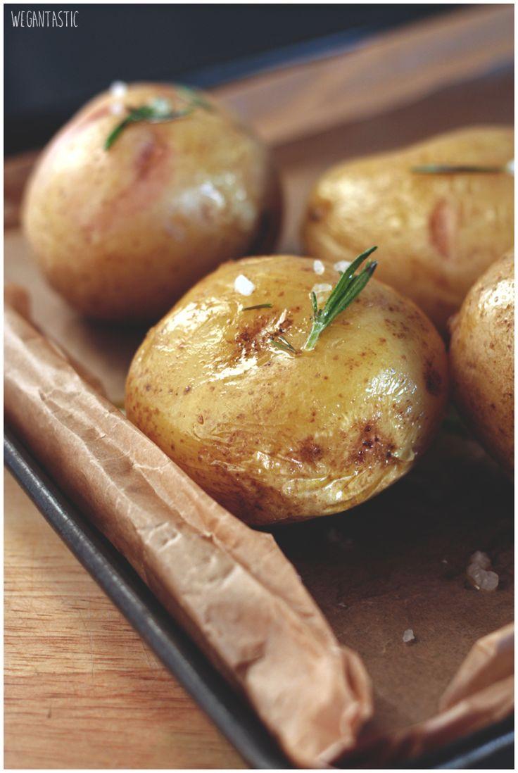Pieczone ziemniaki z rozmarynem i wegańską kwaśną śmietaną.