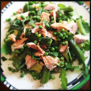 Hot smoked salmon, avocado and asparagus salad - 275 calories