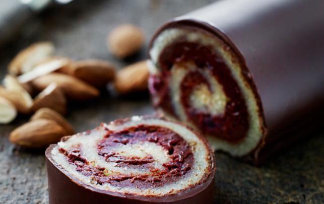 2 stk. med 15-18 skiver i hver Ingredienser: 225 g frosne blåbær 100 g sukker ½ citron, saften heraf  1¼ dl fløde2-3 spsk rom 200 g mørk chokolade, smeltet i vandbad ca. 500 g marcipan (til 2 ruller) 300 g mørk chokolade Opskrift: http://www.altfordamerne.dk/jul/juleopskrifter/marcipanroulade-med-blabartroffel/