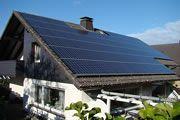 Casa unifamiliar  09/2010, Warstein, Alemania   Potencia: 14.98 kWp  Producción de energía: 13'500 kWh/año   Ahorro de CO2: 9.45 t/año    Tipo de instalación: Sobre el tejado, Redes
