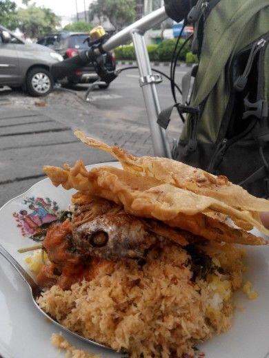 Nasi jagung + ikan teri  Dan peyek