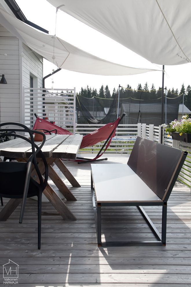 【内外をつなぐ】ルーバーで囲われた半屋内のテラス | 住宅デザイン