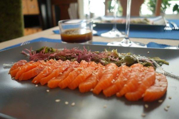 Sashimi med algsallad.